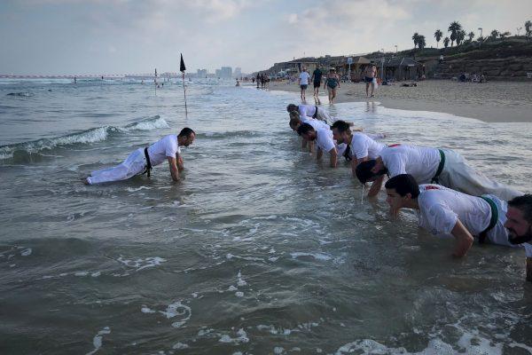 אימון קראטה בים